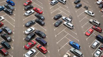 Cars parked in parking lot / Àâòîìîáèëè, ïðèïàðêîâàííûå íà ñòîÿíêå